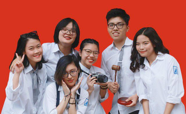 Linh and his close friends take photos when preparing to study in the US